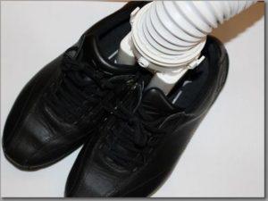 くつ乾燥アタッチメントを左右の靴に差し込む