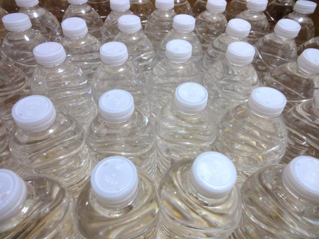 ペットボトルに備蓄した水がたくさんある。