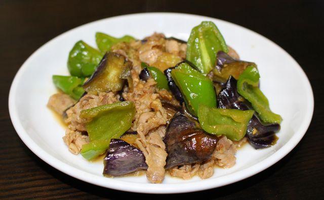 揚げなすと豚肉(ロースしゃぶしゃぶ用)の甘辛みそ炒めが出来上がって、お皿に盛りつけしたところ。