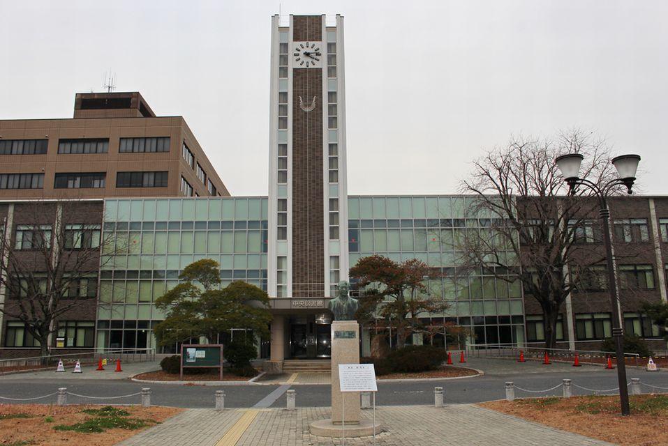 岡山大学津島キャンパスにある図書館の正面。