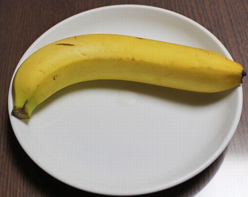 お皿にのせた1本のバナナ。