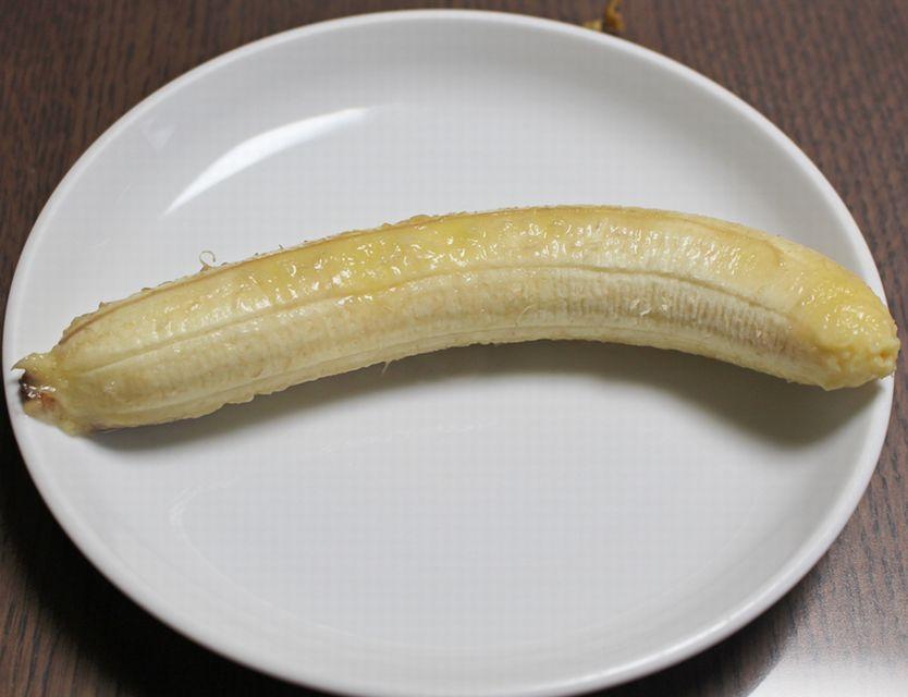 トースターで焼いた後のバナナで皮をむいた状態。
