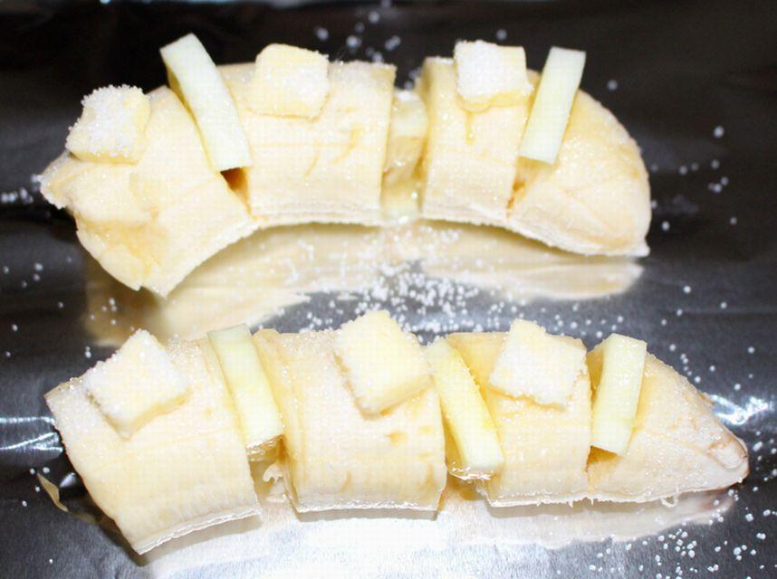 バナナにレモンを挟み、バターをのせ、グラニュー糖をまぶした状態。