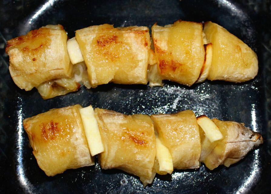 お皿にのせて完成した、バナナのバターとレモン焼き。