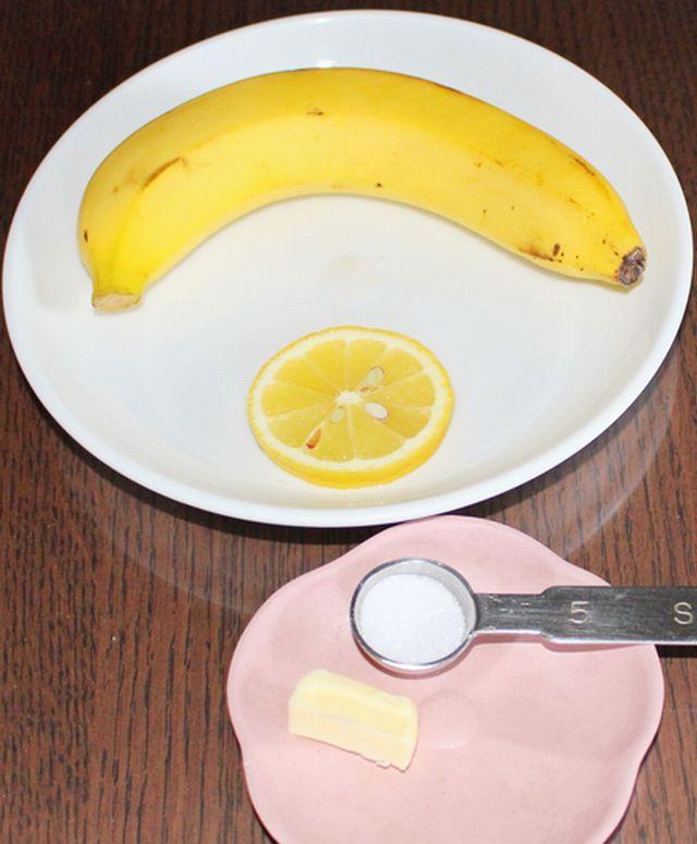 バナナのバターとレモン焼きに必要な材料を並べている。