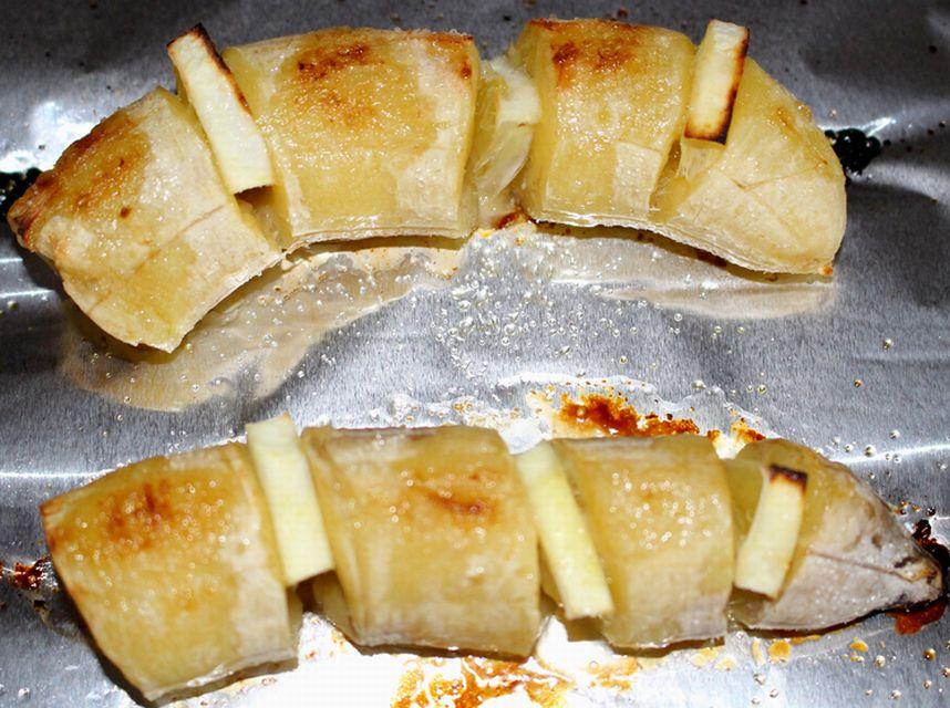 トースターで焼いた後のバナナのバターとレモン焼き。