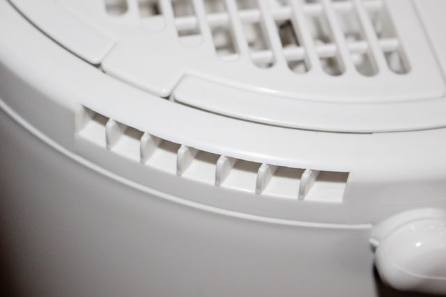 スチーム式加湿器本体の側面上部にある、空気吸込み口。