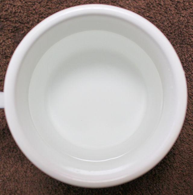 加湿器の掃除で使うクエン酸1回分の量をぬるま湯で溶かした状態。